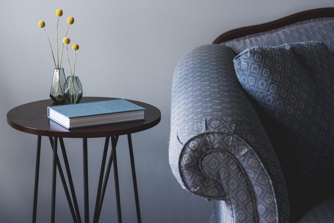 stolik z książką przy kanapie