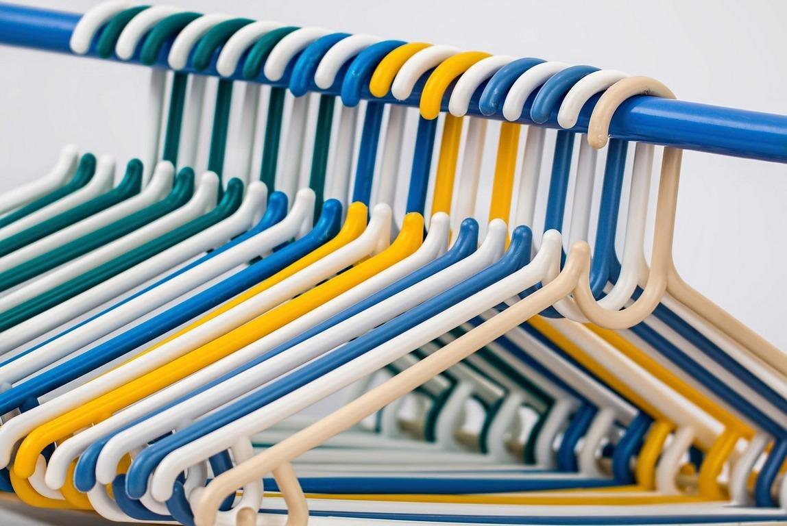 wieszaki do ubrań w różnych kolorach